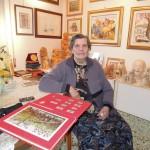 Annunziata Scipione con il Libro degli Anni Santi Straordinari che contiene una sua opera