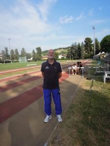"""Claudio Mazzaufo nel suo """"regno"""": il campo di atletica del quartiere Gammarana a Teramo"""
