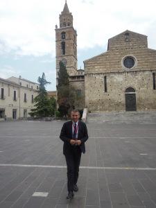 Il rettore dell'Università degli Studi di Teramo, Luciano D'Amico, davanti alla cattedrale